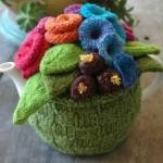 rengarenk çiçek desenli yeşil örgü çaydanlık kılıfı modeli