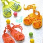 rengarenk sandalet şeklinde örgü bebek terliği modelleri