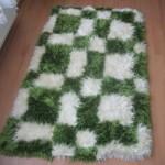 sakallı ipten yeşil beyaz halı modeli