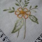 sarı çiçek işlemeli hesap işi masa örtüsü