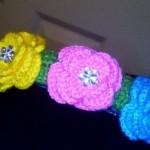 sarı pembe mavi çiçek desenli örgü taç modeli