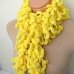 sarı renkli koza ipten örgü atkı modeli