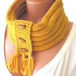 sarı renkli püsküllü örgü boyunluk modeli