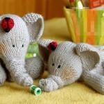 sevimli oyun oynayan filler örgü oyuncak modeli