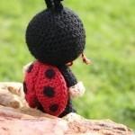 siyah kırmızı amigurumi uğur böceği modeli