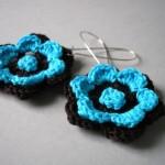 siyah mavi çiçek örgü küpe modeli