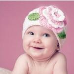 tığ işi çiçek desenli şirin bebek beresi modeli