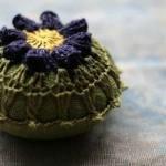 tığ işi çiçek motifli örgü iğnelik modeli