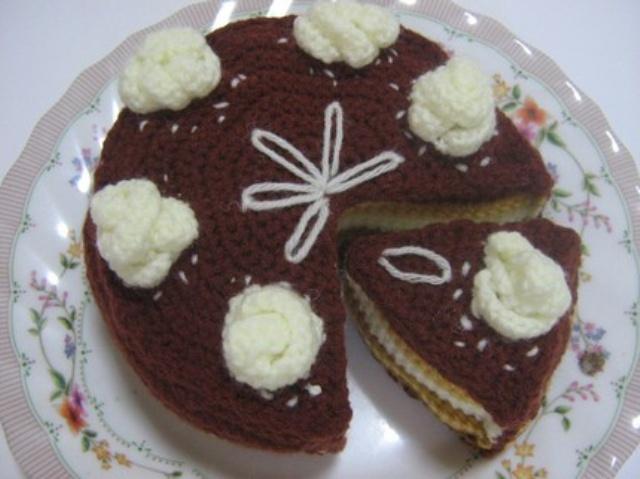 tığ işi örgü çikolatalı yaş pasta modeli