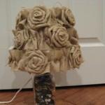 telis kumaşından yapılmış güllü abajur süsleme modeli