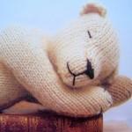 uyuyan sevimli örgü ayıcık modeli