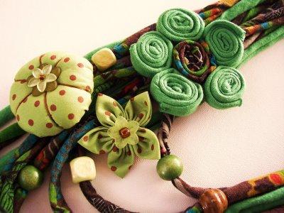 Kumaş kolye modelleri yeşil çiçek desenli kumaş kolye modeli
