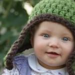 yeşil kahverengi örgü bebek beresi modeli