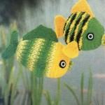 yeşil sarı örgü oyuncak balıklar