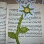 yeşil yapraklı çiçek desenli örgü ayraç modeli