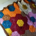 çiçek desenli rengarenk örgü yatak örtüsü modeli