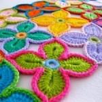 çiçek motifleri ile örülmüş rengarenk örgü paspas modeli