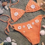 beyaz çiçekli turuncu örgü bikini modeli