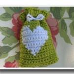 fıstık yeşili kalpli örgü hediyelik kese modeli