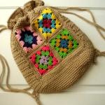 kare motifli tığ işi örgü sırt çantası modeli