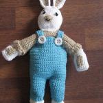mavi pantalonlu hediyelik örgü oyuncak tavşan modeli