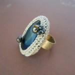 mavi taşlı kremrengi hediyelik örgü yüzük modeli