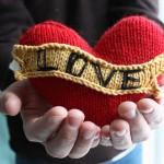 sevgililer günü için örgü hediyelik kalp modeli