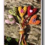 sevgililer için rengarenk örgü hediyelik kalp modelleri