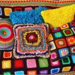 tığ işi motifli rengarenk örgü koltuk örtüsü ve yastık modelleri