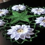 çiçek desenli yuvarlak dantel örtü