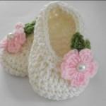 beyaz çiçek motifli örgü patik modeli