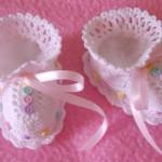kız bebekler için örgü patik modeli