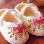 krem çiçek işlemeli örgü bebek patiği
