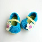 mavi çiçek motifli örgü bebek patiği