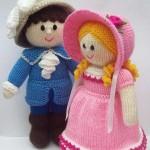 mavi hırkalı pembe elbiseli örgü kız ve erkek