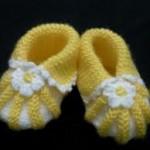 sarı beyaz çiçek süslemeli bebek patiği