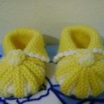 sarı krem renkli bebek patiği