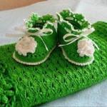 yeşil battaniyeli örgü bebek patiği