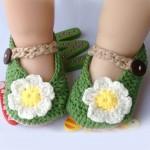 yeşil beyaz çiçek motifli örgü bebek patiği