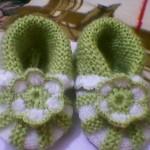 yeşil beyaz motif işlemeli bebek patiği