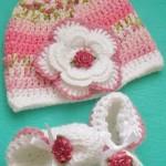 çiçek motifli patik ve şapkası
