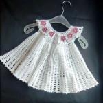 beyaz pembe gül motifli örgü elbise