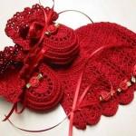 kırmızı patik ve şapkası