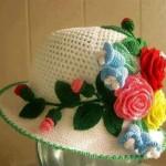 krem örfü şapka motif süslemeli