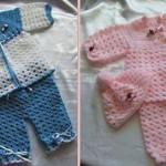 pembe ve mavi renklerde örülmüş kız ve erkek bebekler için bebek takımı