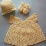 sarı örgü elbise patik ve şapkası