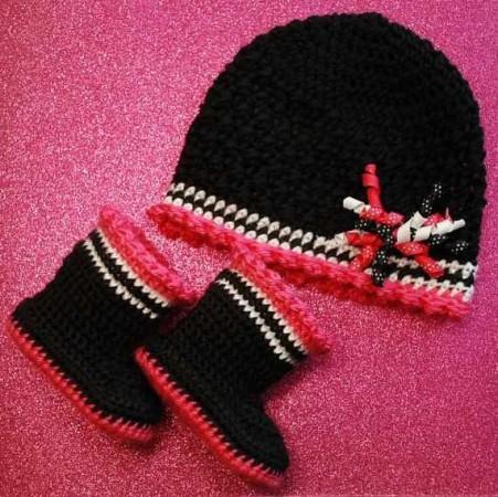Bere ve atkılar siyah beyaz kırmızı örgü şapka ve patik modeli