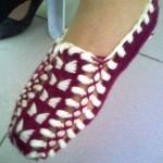 tığ ile örülmüş ev ayakkabıları ve çetikleri