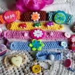 düğmeler ve rozetlerle süslenmiş çocuk bilezikleri