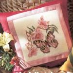 kelebekli pembe çiçekli kanaviçe yastık